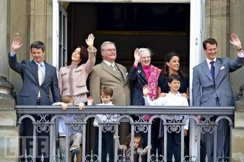 Паника на балконе: принц Хенрик Датский чуть не уронил внучку