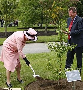 Королева Елизавета II не боится грязи