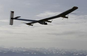 Первый в мире самолет на солнечных батареях пробыл в воздухе 26 часов